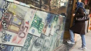 Một cửa hàng đổi tiền ở Teheran, Iran, 24/10/2011