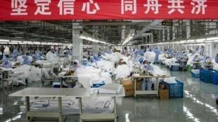 Một nhà máy sản xuất trang phục bảo hộ, tại Vô Tích (Wuxi), tỉnh Giang Tô (Jiangsu), Trung Quốc. Ảnh chụp ngày 08/02/2020