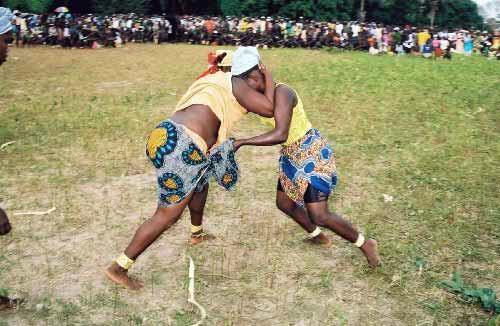 Lutte traditionnelle féminine en Casamance (Sénégal).