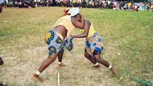 En Casamance, la lutte est une tradition de l'ethnie diola et les femmes participent aussi à ce sport.