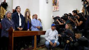 L'opposant vénézuélien Juan Guaido autoproclamé président par intérim a assisté à une messe avec sa femme et sa mère à Caracas, le 27 janvier 2019.