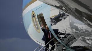 Donald Trump monte à bord d'Air Force One à l'aéroport international de Miami le 10 juillet 2020.