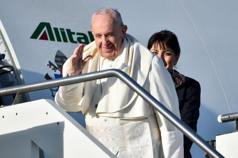 """پاپ فرانسیس رهبر کاتولیکهای جهان، قبل از اینکه در فرودگاه """"فوویچینو"""" رُم، قبل از عزیمت به پاناما برای شرکت در """"روز جهانی جوانان"""". چهارشنبه ٣ بهمن/ ٢٣ ژانویه ٢٠۱٩"""