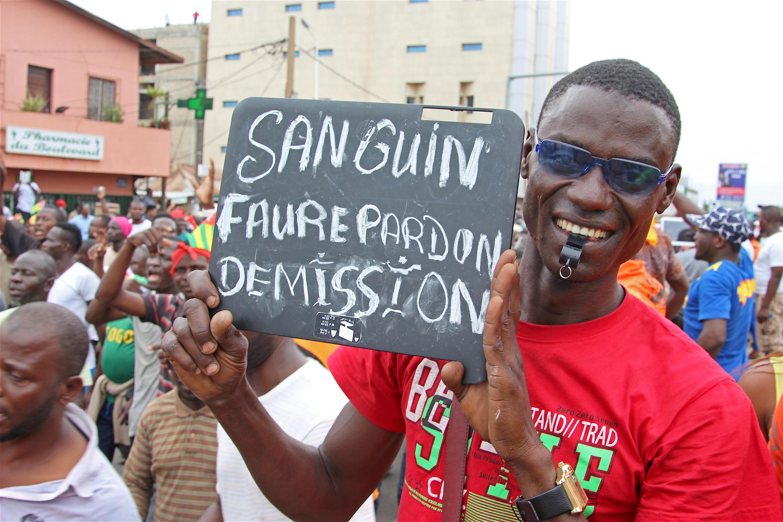Faure demissão um dos slogans das manifestações em Lomé contra revisão da constituição para presidente s emanter no poder
