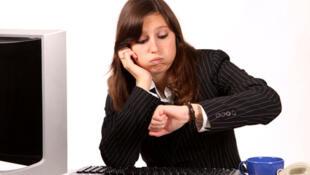 Jeune femme qui s'ennuie au travail.