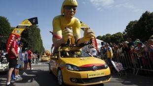 La  caravane publicitaire du Tour de France 2015, le véhicule jaune de la LCL Banque.