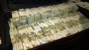 Ce sont les paquets de billets verts qui remplissaient le coffre de José Lopez, l'ancien secrétaire d'Etat au travaux publics sous Cristina Kirchner.  Photo : 14 juin 2015