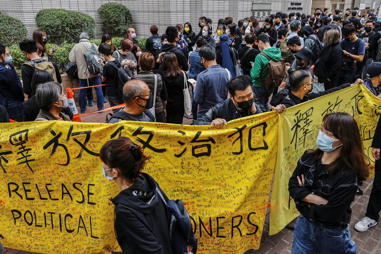 香港47名民主派人士被抓捕审判2021年3月1日西九龙裁判法院外排队声援的人群