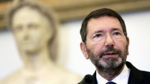 Le maire de Rome, Ignazio Marino, lors de sa conférence de presse le 20 octobre 2015. Il venait de retirer sa démission qu'il avait annoncée trois semaines auparavant sous la pression du président du Conseil Matteo Renzi.