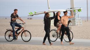 Surfistas y ciclistas en la playa de Santa Mónica sin mascarillas, el 25 de junio