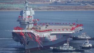 中国首艘自制航母下海试水,2017年4月26日。