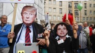 Manifestantes con máscaras del presidente electo Donald Trump y de la líder del partido de extrema derecha alemán AfD, Frauke Petry, protestan contra los tratados de libre comercio de la UE con Canadá y Estados Unidos. Berlin, septiembre de 2016.