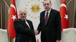 伊拉克总理阿巴迪(左)与土耳其总统埃尔多安握手