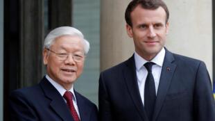 Tổng thống Pháp Emmanuel Macron (P) tiếp tổng bí thư đảng Cộng Sản Việt Nam Nguyễn Phú Trọng tại điện Elysée, ngày 27/03/2018.