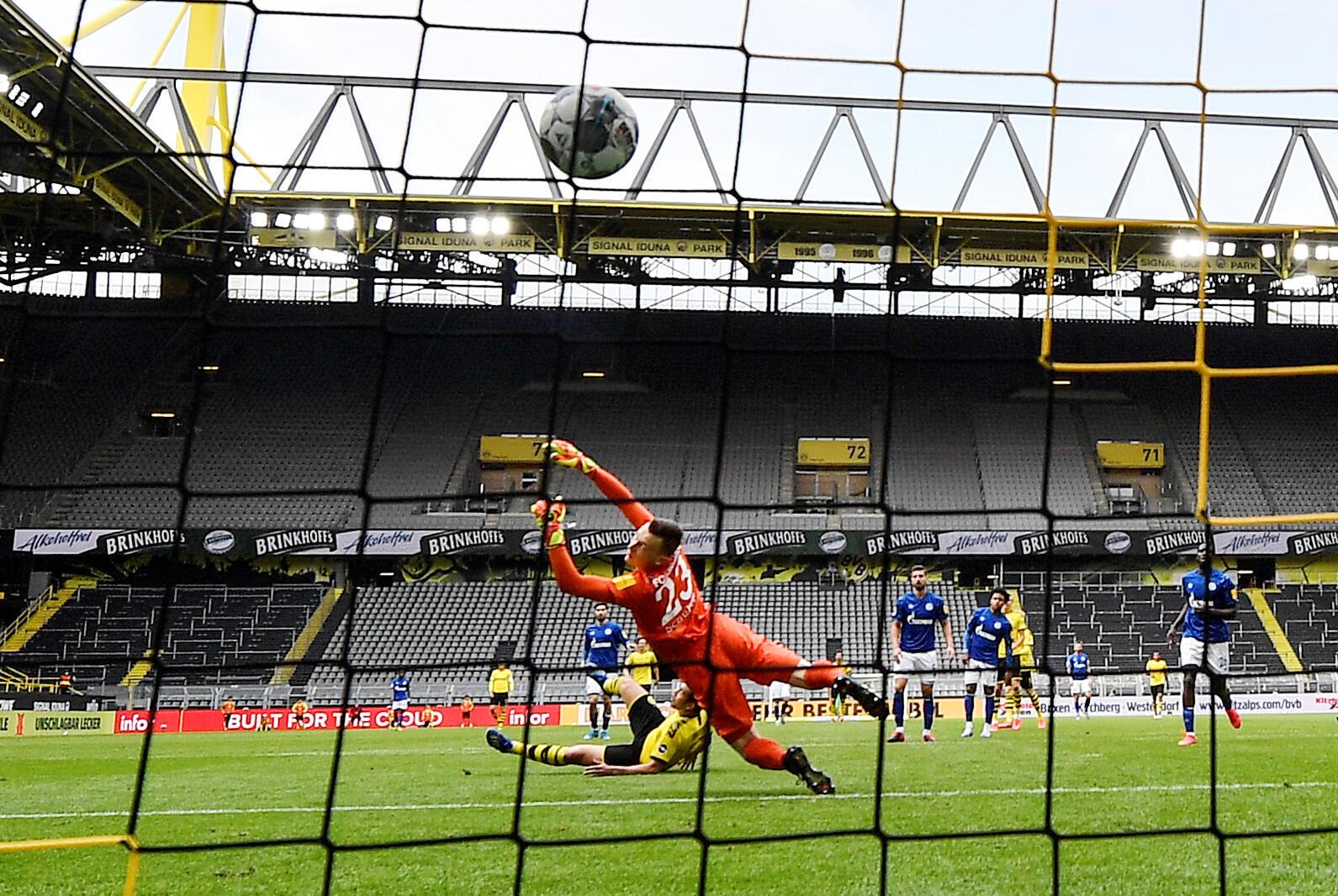 Os jogadores do Schalke e do Borussia Dortmund se enfrentaram diante de uma arquibancada vazia.
