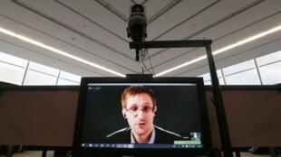 Edward Snowden participa de teleconferência no Parlamento Europeu em Estrasburgo.