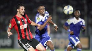 Brahim Boudebouda (g), l'arrière gauche de l'USM Alger.