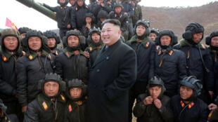 Nhà lãnh đạo Bắc Triều Tiên Kim Jong Un với quân nhân. Ảnh được KCNA công bố ngày 01/04/2017.