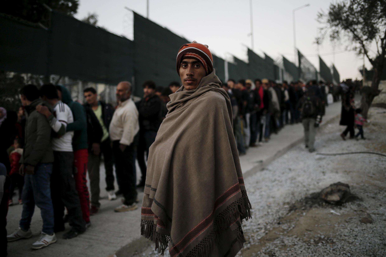 Sur l'île de Lesbos, un migrant attend de recevoir des vivres, en novembre 2015 (photo d'archives).