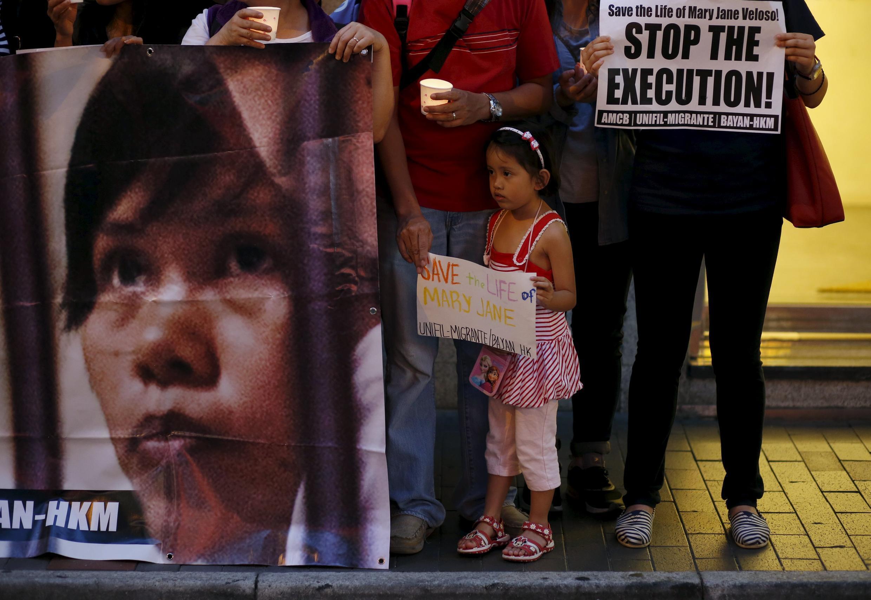 Protestos contra a possível execução da filipina Mary Jane Veloso do lado de fora do consulado indonésio em Hong Kong, nesta segunda-feira, 27 de abril de 2015.