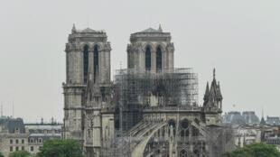 Um incêndio de grandes dimensões atingiu esta segunda-feira a Catedral de Paris.