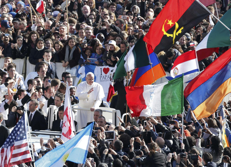 Le pape François accueilli par ses fidèles, Place Saint-Pierre à Rome, avant la messe inaugurale au Vatican, le 19 mars 2013.