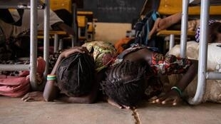 Wasu yara mata dalibai kwance a kasa cikin firgici a daya daga cikin dakunan daukar karatunsu dake Dori a Burkina Faso, lokacin da 'yan bindiga suka kawo farmaki. 3/2/2020.