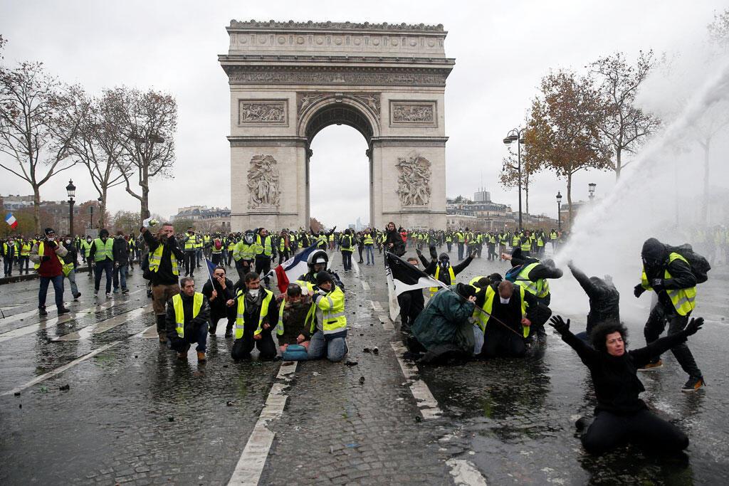 Masu zanga-zanga yayin arrangama da 'yan sanda a Paris.