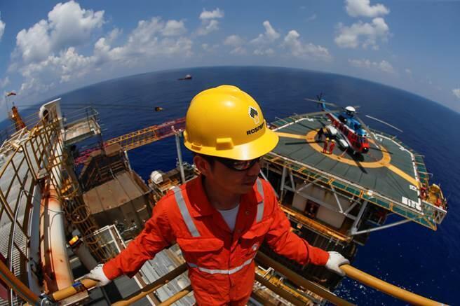 俄越石油公司一名越南籍員工正在鑽探平台上作業