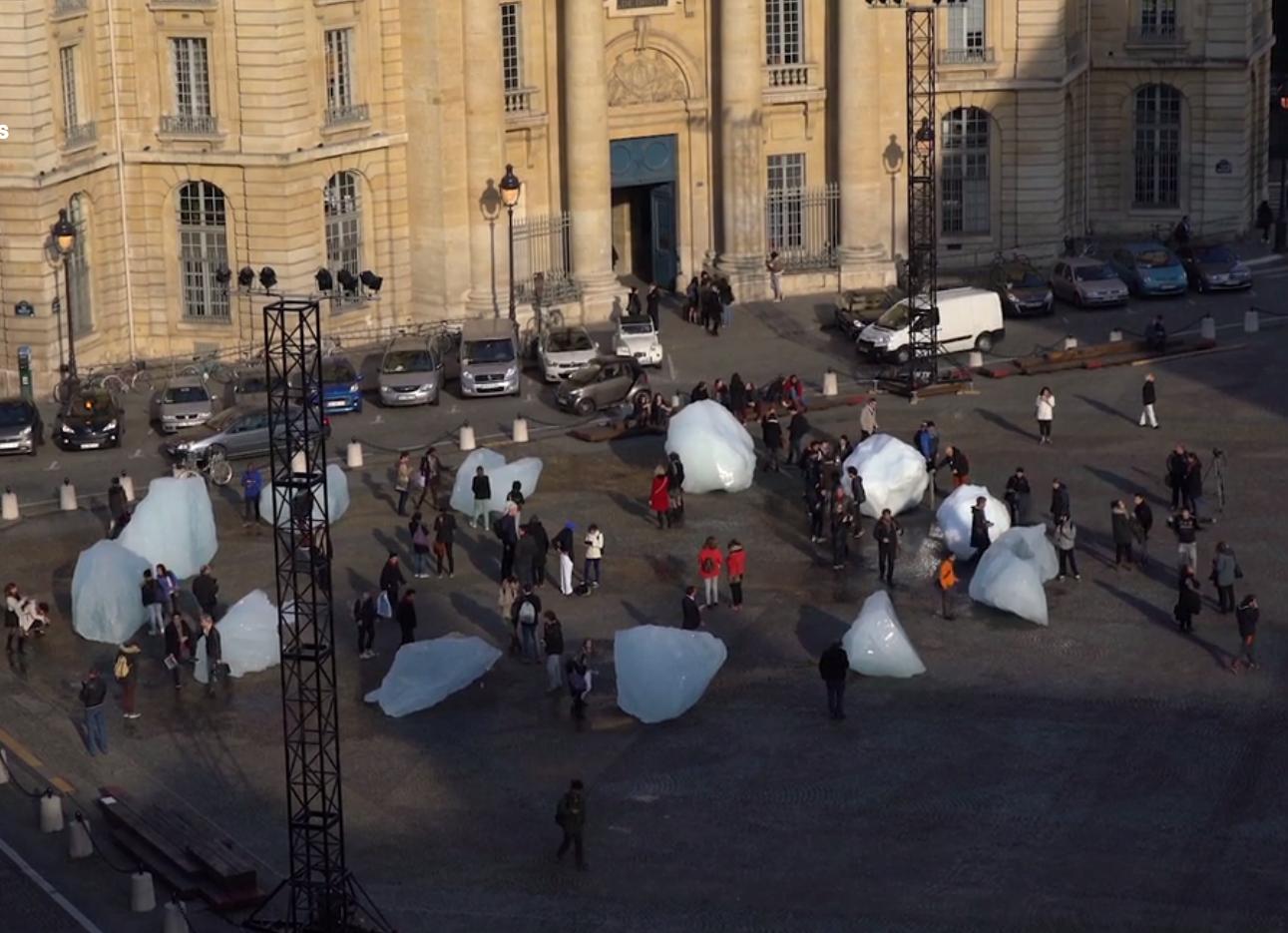 Instalação Ice Watch em frente ao Panthéon, em Paris, em dezembro de 2015.