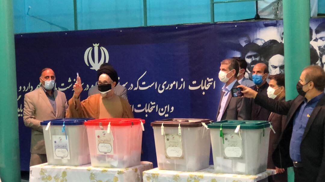 محمد خاتمی، رئیس جمهوری پیشین، آراء خود را در شعبۀ اخذ رای حسینیۀ ارشاد به صندوق انداخت ـ ۲۸ خرداد ۱۴۰۰