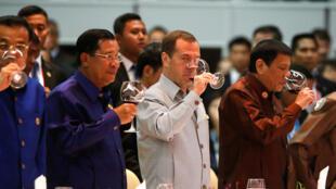 Lãnh đạo các nước tham gia thượng đỉnh ASEAN mở rộng dự tiệc, ngày 07/09/2016. Trong ảnh, từ trái qua phải, thủ tướng Trung Quốc Lý Khắc Cường, thủ tướng Cam Bốt Hun Sen...
