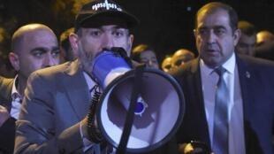 Nikol Pachinian s'adresse à ses partisans, devant le parlement, à Erevan, le 2 octobre 2018.