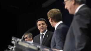 De gauche à droite: le président du Conseil italien Matteo Renzi, le président du Conseil européen Donald Tusk et le président de la Commission européenne Jean-Claude Juncker. Tous les trois sont à Paris ce 11 janvier 2015.