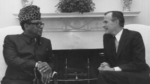 Mobutu Sese Seko en visite à la Maison Blanche, est accueilli par George Bush.