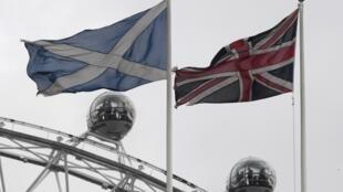 Les drapeaux de l'Ecosse et du Royaume-Uni au-dessus de Whitehall à Londres, le 14 mars 2017.