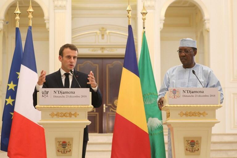 Le président français Emmanuel Macron (g.) et son homologue Idriss Déby (dr.) lors de leur coférence de presse commune dans la capitale tchadienne, le 23 décembre.
