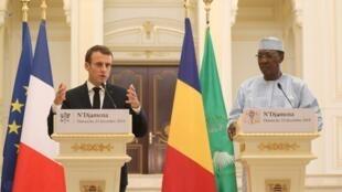 Le président français Emmanuel Macron (g) et son homologue Idriss Déby (d), lors de leur coférence de presse commune dans la capitale tchadienne, le 23 décembre 2018.