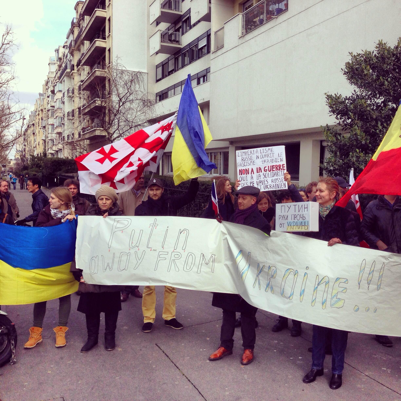 Манифестация напротив посольства РФ в Париже, 2 марта 2014