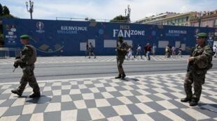 Una 'fan zone' para los hinchas de la Eurocopa en Niza, bajo alta protección, este 8 de junio de 2016.