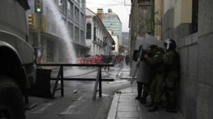 Un carro antimotines lanza agua sobre manifestantes en La Paz, el 15 de mayo de 2013.