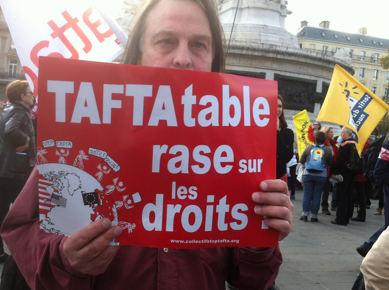 """Manifestación contra el TAFTA o TTIP en París: """"TAFTA desaparición de los derechos""""."""