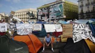 Les manifestants ont installé leur camp sur la place Puerta del Sol à Madrid .
