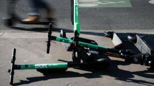 Em Paris, o estacionamento das patinetes elétricas nas calçadas está proibido desde o dia 30 de julho