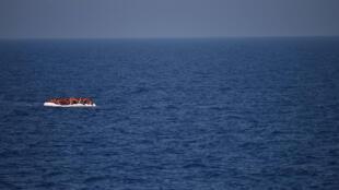 Wahamiaji wakisubiri kuokolewa na maafisa wa uokoaji wa SOS Mediterranean na Madaktari Wasiokuwa na Mipaka, Mei 24, 2016, katika pwani ya Libya.