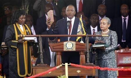Rais wa Awamu ya Nne wa Kenya Uhuru Muigai Kenyatta akila kiapo cha kuongoza nchi hiyo baada ya kushinda uchaguzi uliofanyika tarehe 4 Machi