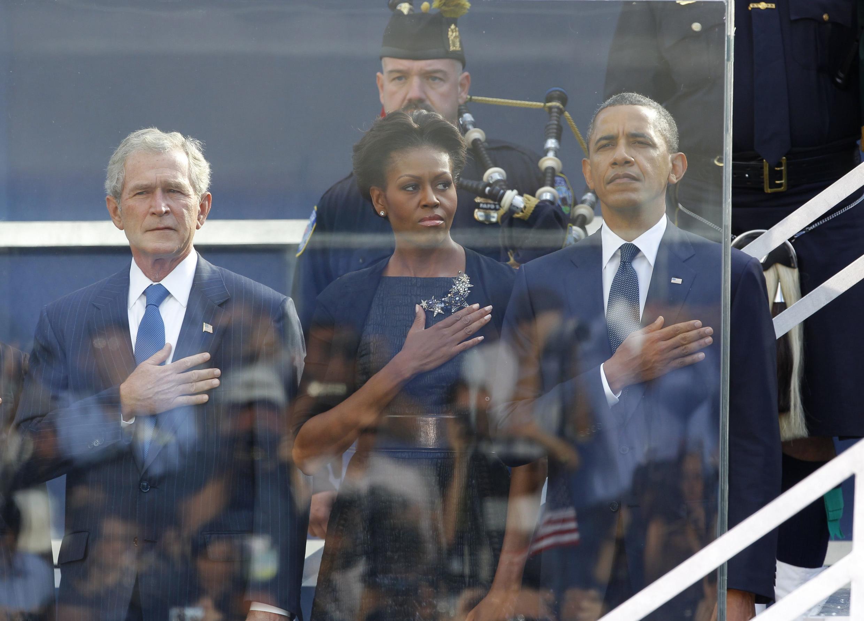 Tổng thống Mỹ Barack Obama (phải) và cựu tổng thống G. Bush (trái) tham gia lễ tưởng niệm các nạn nhân tại New York, 11/09/2011