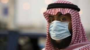 Un agent de sécurité surveille les voitures à un point de contrôle à l'entrée de la Mecque, le 23 novembre 2009.