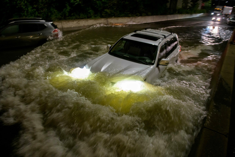 Um carro inundado Nova York, nesta quinta (2), após passagem da Tempestade Ida. (Foto: Reprodução/Mike Segar/Reuters)