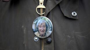 Значок с портретом 85-летней Мишель Кнолль, убитой в марте 2018 г. в пригороде Парижа.